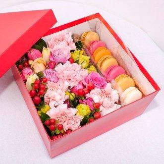 7 макарун с розами и гвоздиками